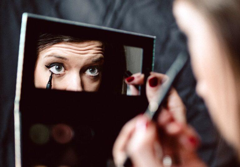 Cosmetice afecteaza ochii